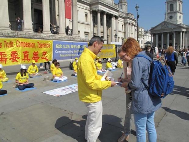 Maria e sua mãe Ella assinaram a petição condenando a perseguição (Minghui.org)