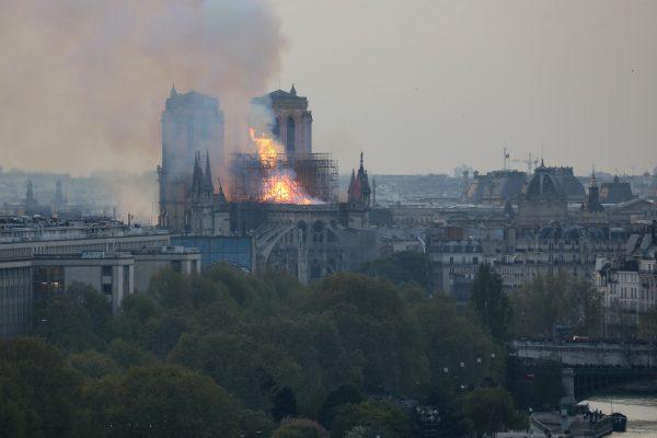 Chamas e fumaça são vistas saindo do teto da Catedral de Notre-Dame, em Paris, em 15 de abril de 2019. À medida que imagens como esta aparecem, pessoas afirmam que podem ver figuras religiosas em meio ao fogo (Ludovic Marin / AFP / Getty Images)