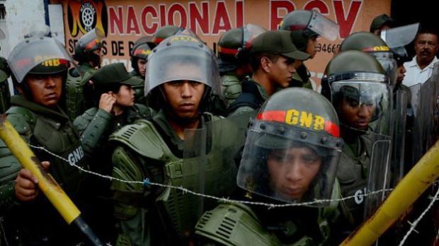 Membros da Guarda Nacional Bolivariana protegem a ponte internacional Francisco de Paula Santander, que liga Ureña, na Venezuela, e Cúcuta, na Colômbia (GEORGE CASTELLANOS / AFP / Getty Images)