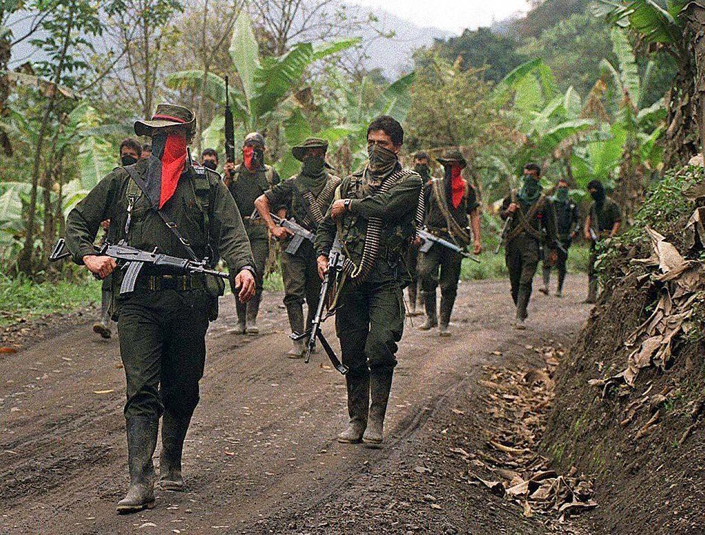 Guerrilheiros do Exército de Libertação Nacional (ELN) patrulham uma estrada secundária em Sarare, em 27 de fevereiro de 2000 no departamento de Arauca (STR / AFP / Getty Images)