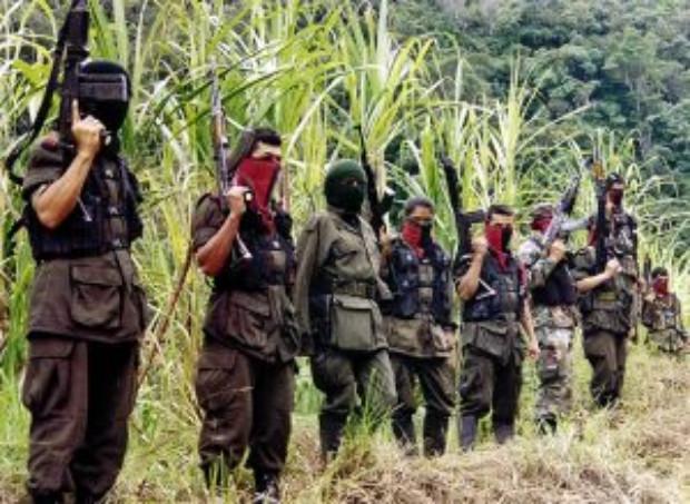 Membros do grupo guerrilheiro Exército de Libertação Nacional (ELN) da Colômbia nas montanhas de Perija, perto da cidade fronteiriça de Cúcuta, em 6 de dezembro de 1999 (Foto de STR / AFP / Getty Images)