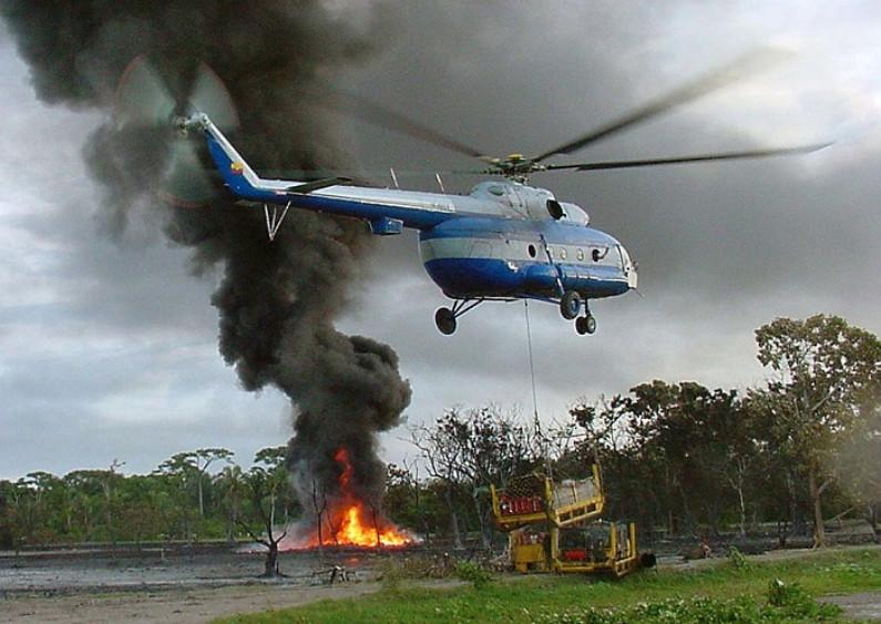 Ataque do ELN em Catatumbo deixa um soldado morto e quatro feridos. Um helicóptero transporta materiais para extinguir o fogo. A guerrilha do Exército de Libertação Nacional (ELN) é responsável por esses eventos no oleoduto Cano Limón-Covenas. (Fino Patino / AFP / Getty Images)