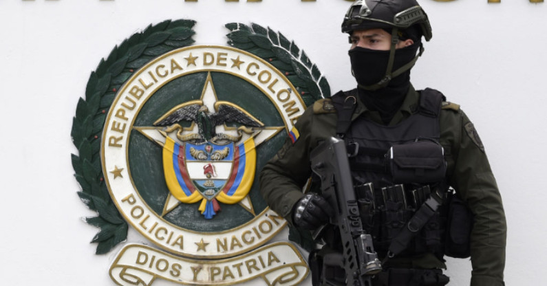 Forças de segurança vigiam a escola de treinamento de cadetes da polícia em Bogotá, onde a explosão de um carro-bomba pelos guerrilheiros do ELN deixou pelo menos 21 mortos e 68 feridos, em 17 de janeiro de 2019 (JUAN BARRETO / AFP / Getty Images)