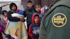 Cada vez mais imigrantes ilegais se entregam às autoridades na fronteira EUA-México no Texas (Vídeo)