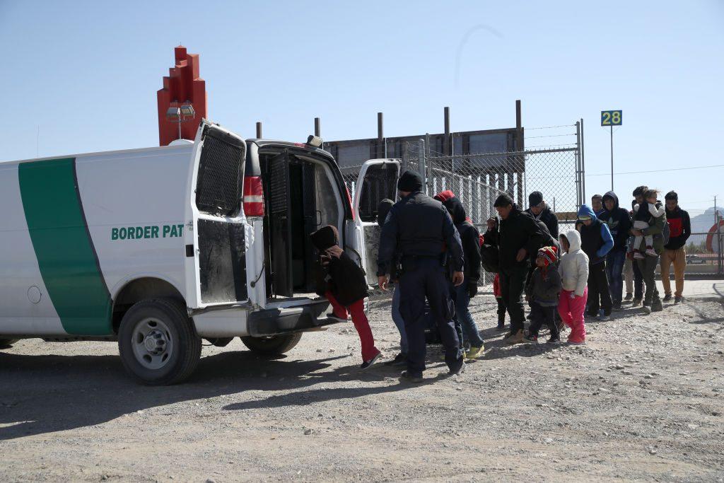 Agente da Patrulha da Fronteira dos EUA embarca imigrantes detidos em uma van na fronteira entre aquele país e o México em 31 de março de 2019 em El Paso, Texas (Justin Sullivan / Getty Images)