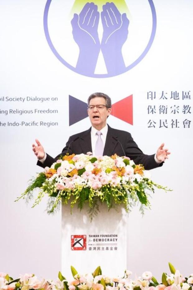 Sam Brownback, embaixador dos EUA para Liberdade Religiosa Internacional, fala em um fórum sobre liberdade religiosa em Taipei, em 11 de março de 2019 (Minghui.org)