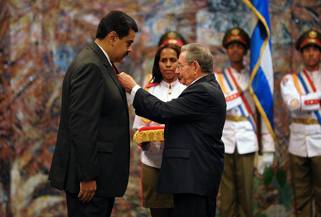 Ex-presidente Raúl Castro (dir.) homenageia Nicolás Maduro no Palácio da Revolução em Havana, em 18 de março de 2016 (YAMIL LAGE / AFP / Getty Images)