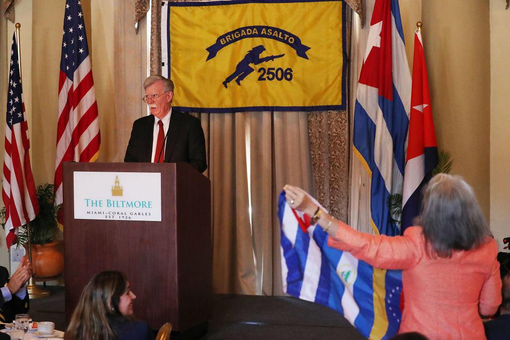 Conselheiro de Segurança Nacional John R. Bolton fala durante almoço na Associação dos Veteranos da Baía dos Porcos, no Hotel Biltmore, em 17 de abril de 2019 em Coral Gables, Flórida. Bolton falou sobre as medidas que a administração Trump está tomando para enfrentar os regimes de Cuba, Venezuela e Nicarágua (Joe Raedle / Getty Images)