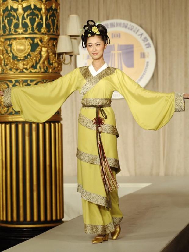 "Vestido inspirado na Dinastia Qin-Han — o ""Quju"" (曲 裾 envoltório diagonal sobre o corpo) (©Epoch Times | Dai Bing)"