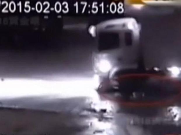 Motorista de um caminhão passa 4 vezes em cima de uma criança (Captura de tela| CCTV)