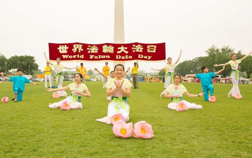 Jovens praticantes da Escola Minghui realizam a dança da flor de lótus (Minghui.org)