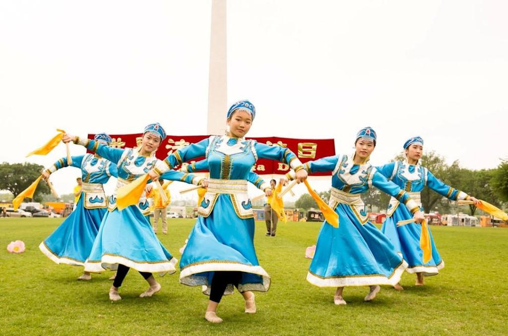 Jovens praticantes da Escola Minghui realizam dança típica da Mongólia (Minghui.org)
