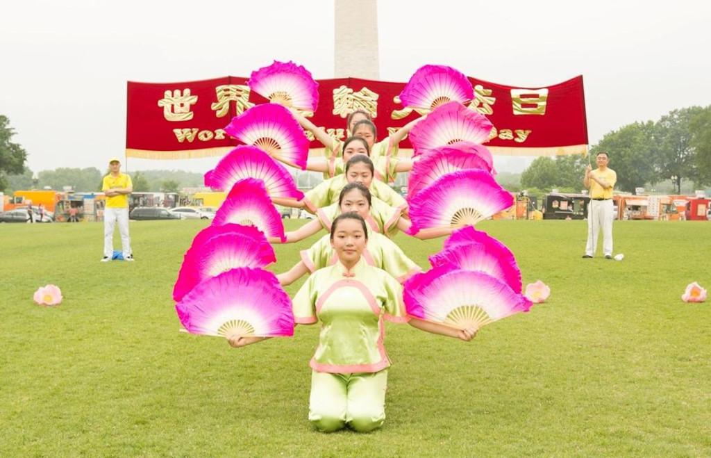 Jovens praticantes da Escola Minghui realizam dança de leques (Minghui.org)