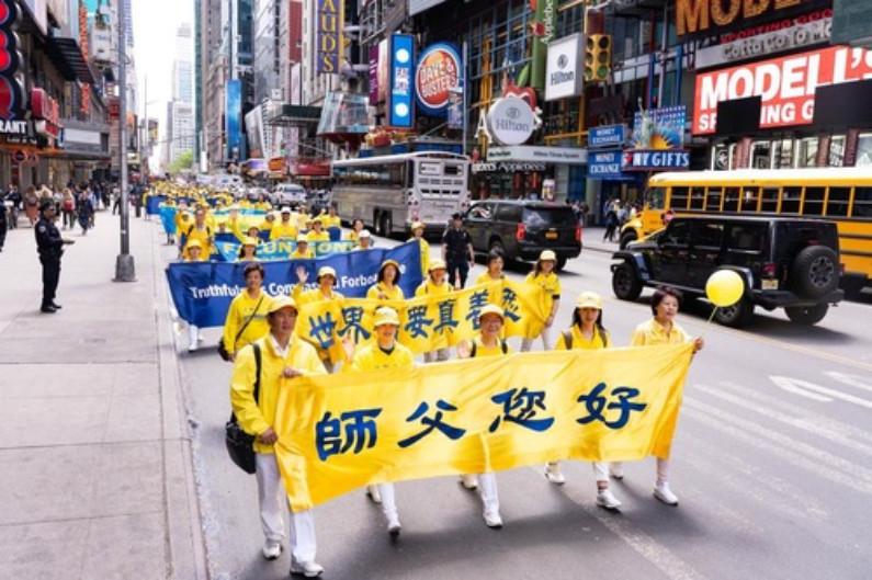 """Banners com as mensagens:""""Saudações Mestre"""" e """"O mundo precisa da verdade-compaixão-paciência"""" (Minghui.org)"""