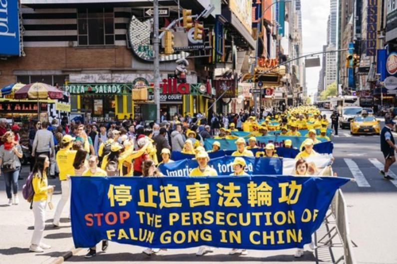 Banners pedindo o fim da perseguição ao Falun Dafa na China (Minghui.org)