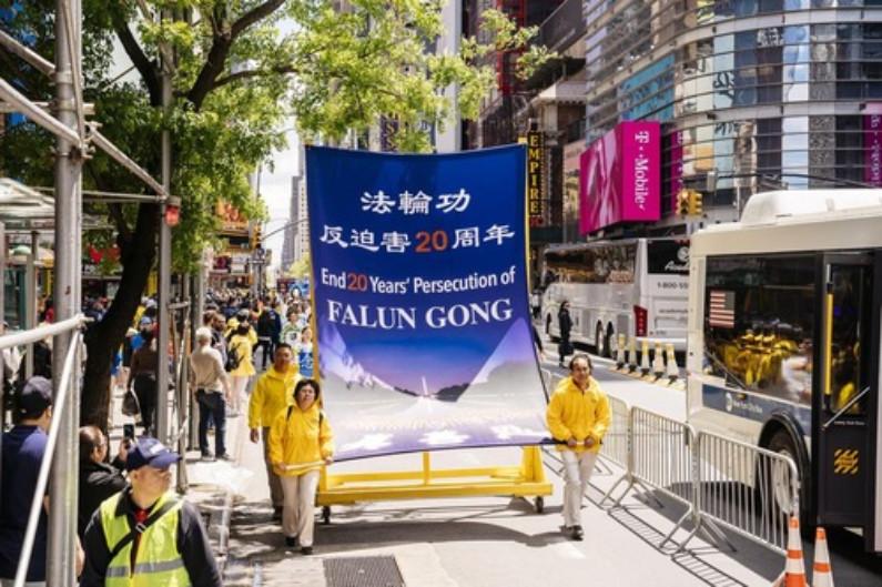 Banner pede o fim da perseguição de 20 anos do Falun Dafa (Minghui.org)