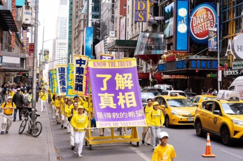 """Banner diz """"Saber a verdade é a esperança de ser salvo"""" (Minghui.org)"""
