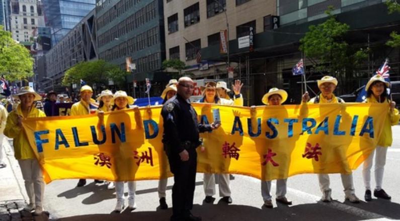 Tim Popal, policial, disse que o desfile do Falun Dafa foi o melhor e o mais pacífico que ele já viu (Minghui.org)