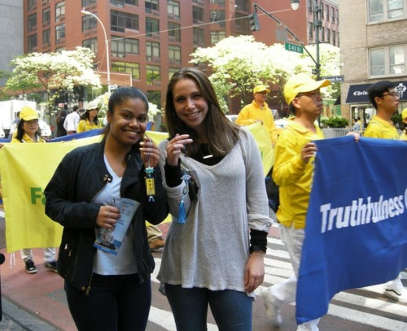 Clara Pinchbeck e sua colega Sophia se interessaram em aprender o Falun Dafa (Minghui.org)
