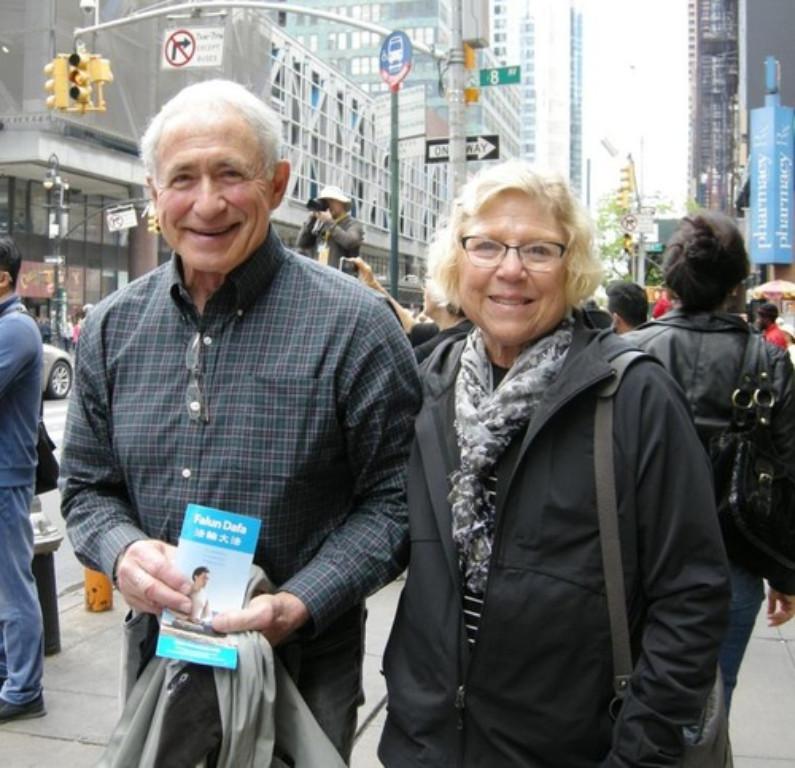 Bill e Jane, do Minnesota, esperam que a perseguição ao Falun Dafa na China termine rapidamente (Mingui.org)