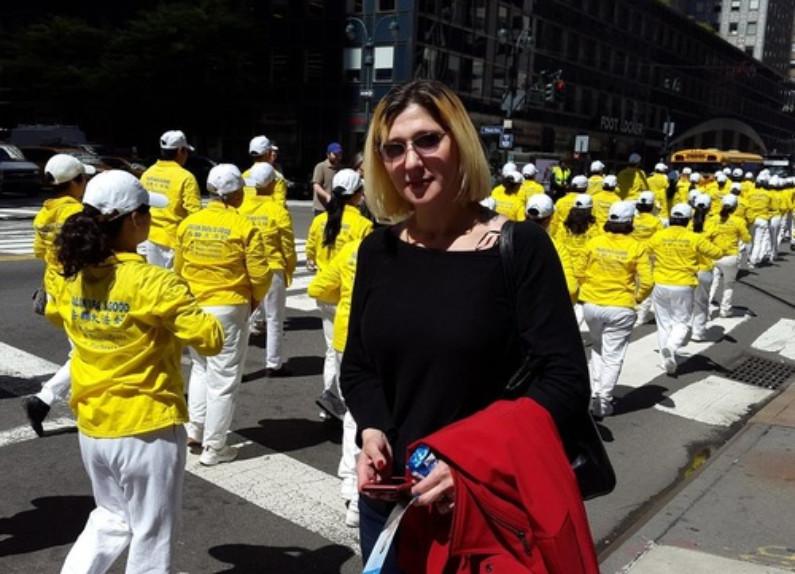 Julia Mateo, enfermeira da Austrália, disse acreditar que as pessoas em Nova York apoiarão o Falun Dafa depois de ver o desfile (Minghui.org)