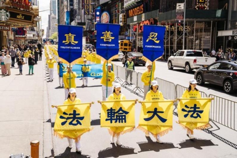"""Faixa diz """"Falun Dafa"""" e seus valores fundamentais da """"Verdade-Compaixão-Tolerância"""" (Minghui.org)"""