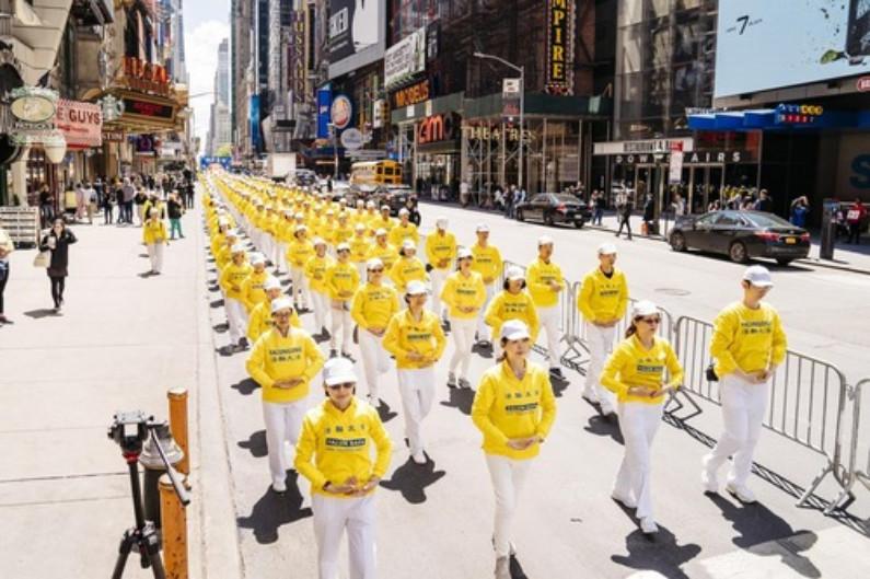 Praticantes demonstram os exercícios do Falun Dafa (Minghui.org)