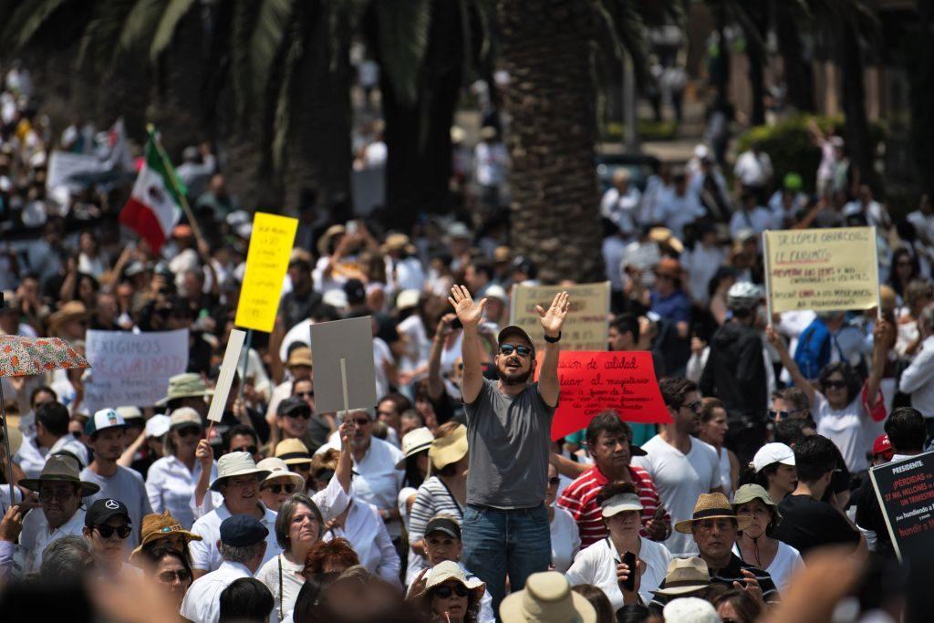 """Mexicanos participam da chamada """"Marcha do Silêncio"""" contra a política do presidente mexicano Andrés Manuel López Obrador na Cidade do México em 5 de maio de 2019 (PEDRO PARDO / AFP / Getty Images)"""