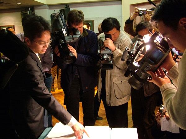 O ex-diplomata chinês mostrou documentos que comprovam o monitoramento dos praticantes de Falun Gong, as diretrizes dadas aos diplomatas chineses para distribuírem propaganda difamatória contra o Falun Gong e o relatório sobre os espiões chineses na Austrália (Minghui.org)