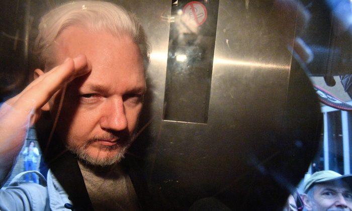 EUA aumentam acusações contra Julian Assange durante audiência de extradição