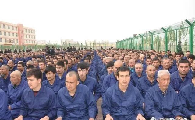 Prisioneiros ouvem doutrinações políticas e contra-religiosas no Centro de Reeducação Número 4, no condado de Lop, na região autônoma de Xinjiang, na China (Human Rights Watch, 2018)