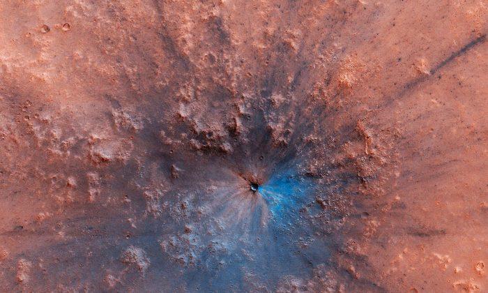 NASA disponibiliza nova imagem de cratera de impacto na superfície de Marte