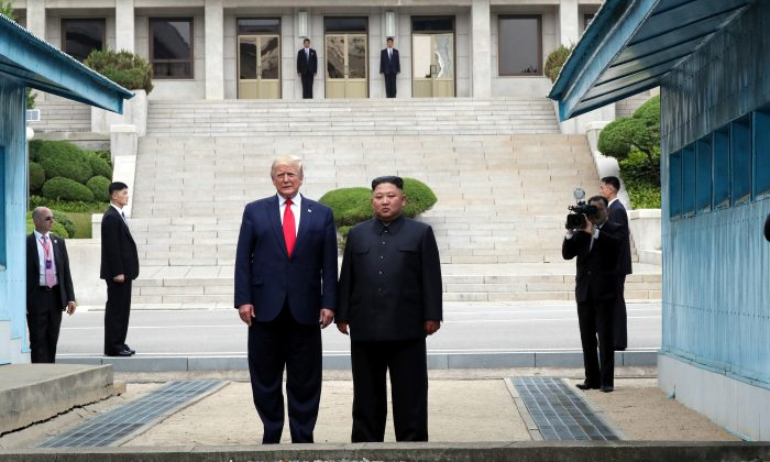 Trump se torna o primeiro presidente americano a colocar os pés na Coreia do Norte