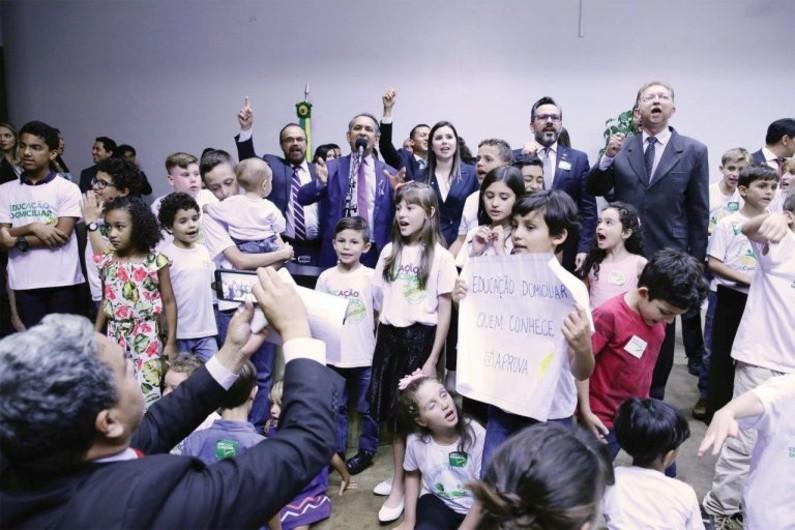 As crianças amenizaram com sua presença o importante evento(Cleia Viana / Câmara dos Deputados)