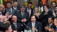 Bolsonaro entrega a Maia projeto que muda regras para obtenção e suspensão de CNH