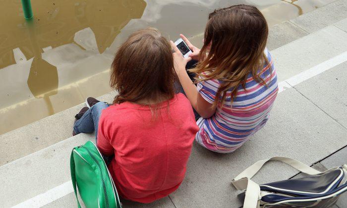 Pesquisadores acreditam que uso de smartphones pode ser responsável por projeções ósseas na parte de trás do crânio