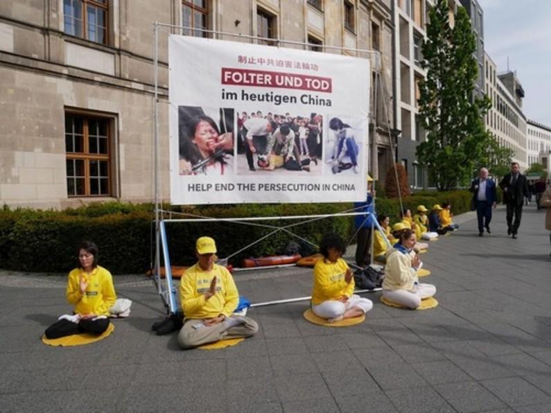 Praticantes do Falun Gong pedem ao Parlamento da Alemanha que ajude a parar a perseguição ao Falun Gong na China (Minghui.org)