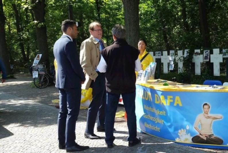 Membro do Bundestag (segundo da esquerda) é informado sobre a perseguição ao Falun Gong na China (Minghui.org)