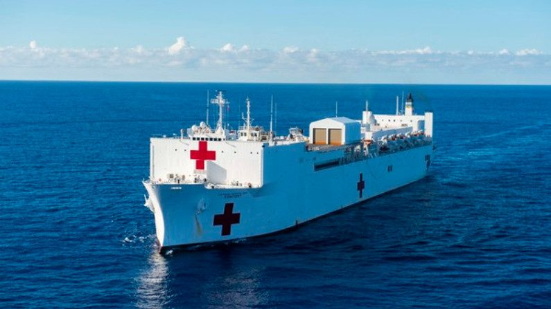 Mike Pence se despede em Miami de navio-hospital em missão contra crise na Venezuela