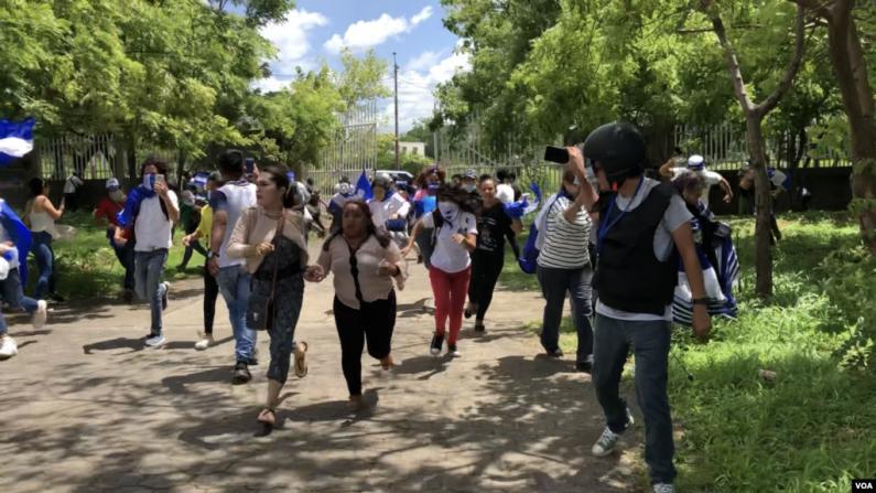 Policiais e civis armados atacam manifestantes durante atividades religiosas na Nicarágua
