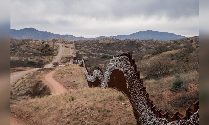 Cerca fronteiriça que separa os EUA e o México, nos arredores de Nogales, Arizona, em 9 de fevereiro de 2019 (Ariana Drehsler / AFP / Getty Images)