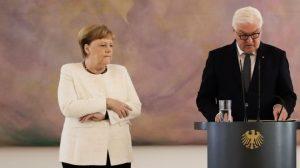 Angela Merkel tem fortes tremores em público (Vídeo)