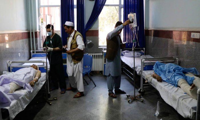 Bomba na estrada acerta ônibus no Afeganistão, mata pelo menos 35 e fere 27