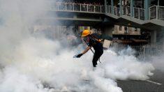 Polícia dispara gás lacrimogêneo em confronto com manifestantes de Hong Kong