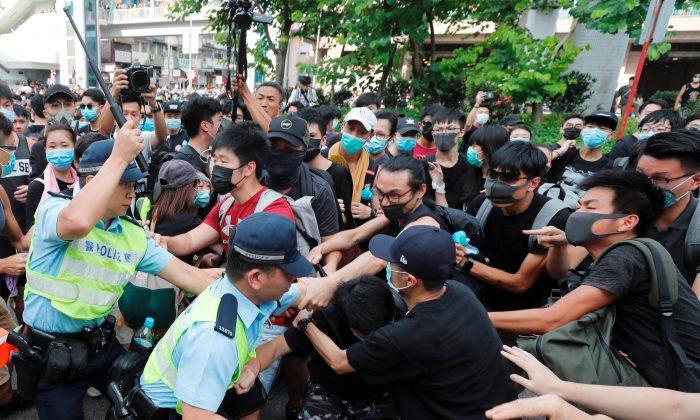 Manifestantes e policiais de Hong Kong entram em conflito durante protesto contra comerciantes chineses