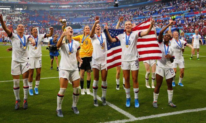 """""""Desrespeito incrível:"""" equipe feminina de futebol deixa bandeira americana cair no chão (vídeo)"""