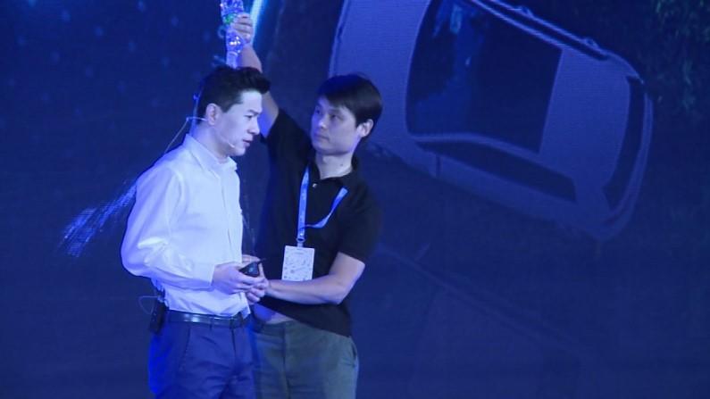 CEO e co-fundador de gigante da internet é atacado com água durante conferência (vídeo)