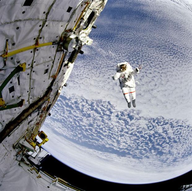 Traje espacial do astronauta Mark Lee permitiu que ele voasse livremente para longe do ônibus espacial durante este teste (NASA)