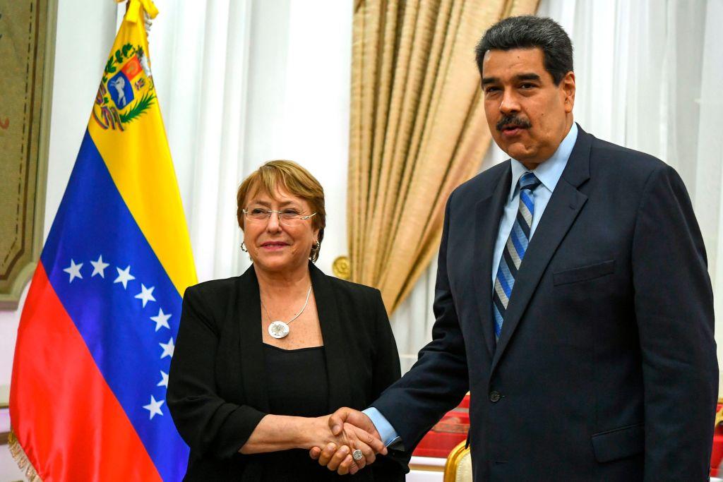 Ditador venezuelano Nicolás Maduro aperta a mão da alta comissária da ONU para os Direitos Humanos, Michelle Bachelet, no Palácio Presidencial de Miraflores, em Caracas, em 21 de junho de 2019 (YURI CORTEZ / AFP / Getty Images)
