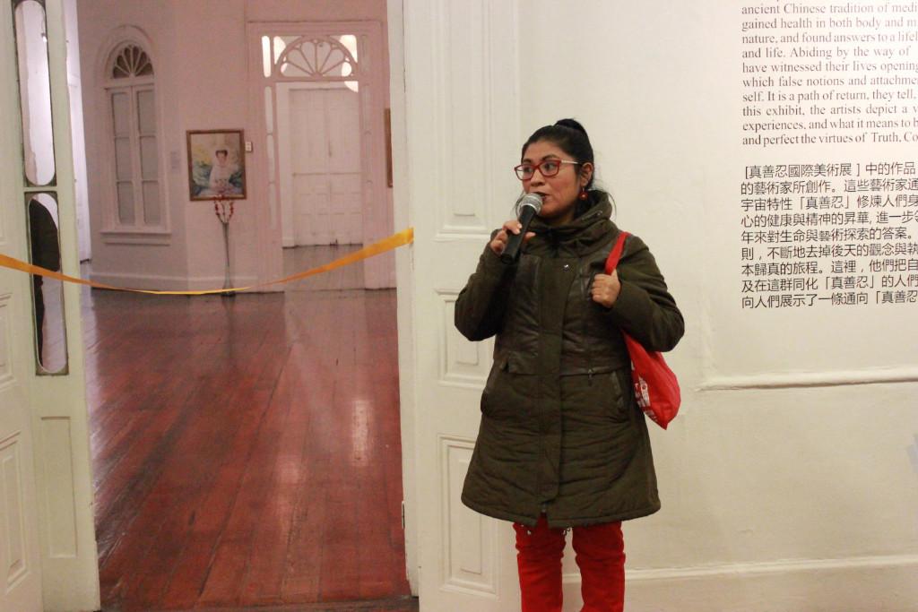 """Raquel Mercado, coordenadora do Departamento de Educação do Município de Barranco, discursando durante a inauguração da exposição internacional """"A Arte da Verdade, Compaixão, Tolerância"""" em Lima, Peru, em 1º de julho de 2019 (Associação do Falun Dafa do Peru)"""
